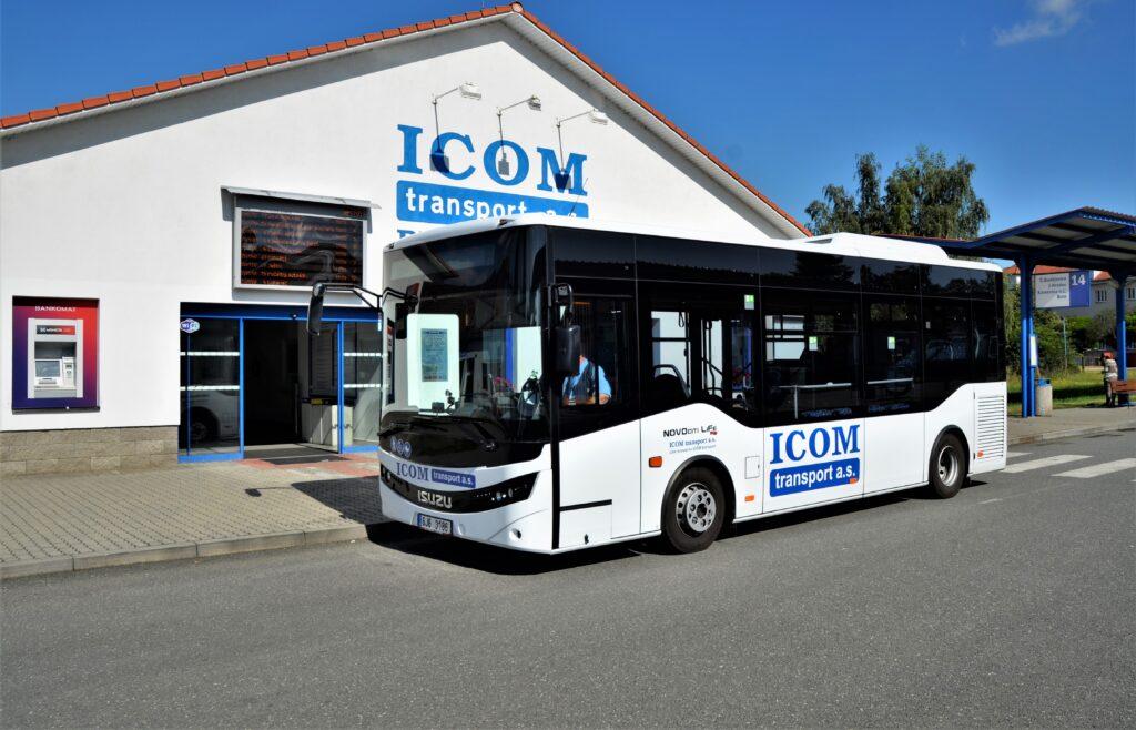 """Nový městský """"midibus"""" ISUZU NovoCiti Life na autobusovém nádraží v Pelhřimově (foto: Zdeněk Nesveda)"""