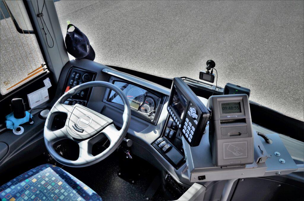 ISUZU NovoCiti Life, ergonomicky dobře řešené pracoviště řidiče (foto: Zdeněk Nesveda)