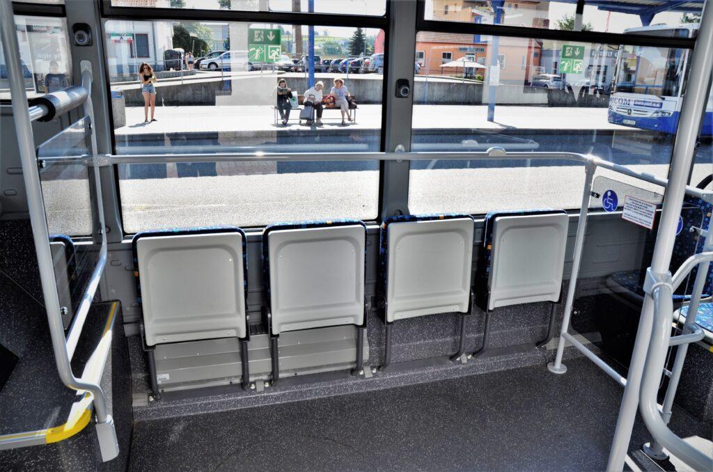 ISUZU NovoCiti Life, plošina ve střední části vozu, určená pro invalidní vozíky a kočárky (foto: Zdeněk Nesveda)