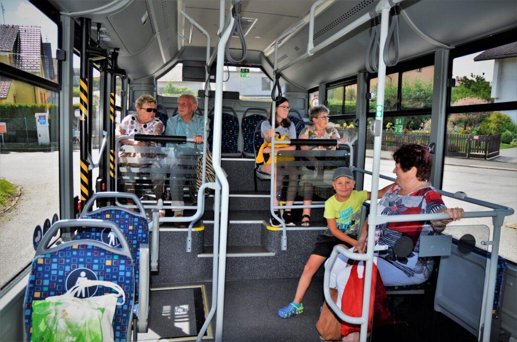 Komfortní cestování novým klimatizovaným autobusem ISUZU NovoCiti Life v Pelhřimově (foto: Zdeněk Nesveda)