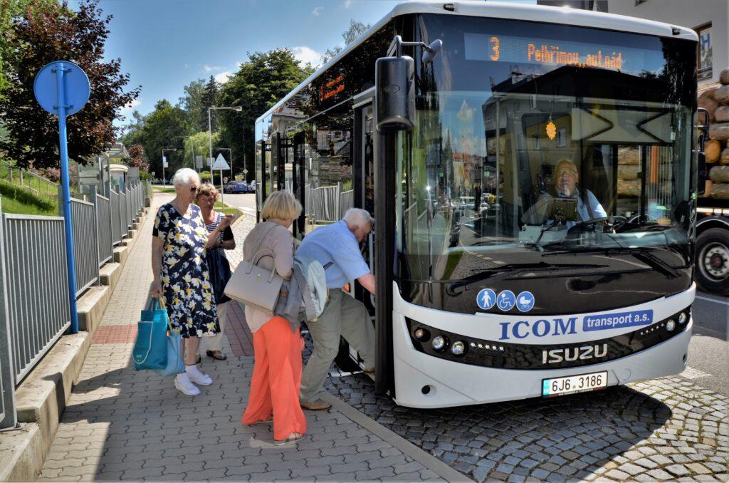 ISUZU NovoCiti life, pohodlné nastupování i pro starší generaci našich občanů (foto: Zdeněk Nesveda)