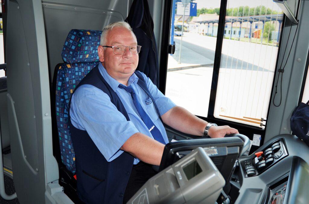 Zdeněk Vlach, zkušený řidičů, jezdí u společnosti 16 let a nyní je stálým řidičem městského autobusu ISUZU NovoCiti Life v Pelhřimově (foto: Zdeněk Nesveda)