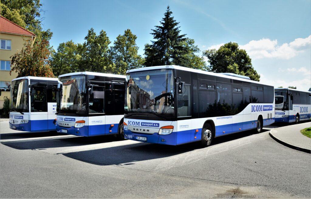 Příkladný firemní styl, corporate identity ve společnosti ICOM transport, autobusy se podobají jako vejce vejci (foto: Zdeněk Nesveda)